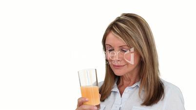 Frau trinkt Saft