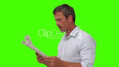 Mann beim Zeitung lesen