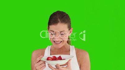 Frau isst Errdbeeren