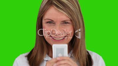 Frau mit Kartenspiel