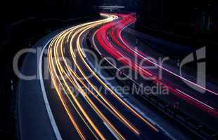 Autos Lichter der Straße in der Nacht