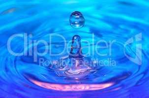 Wassertropfen mit Wellen in  Blau und Pink