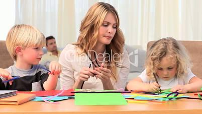 Mutter bastelt mit Kindern