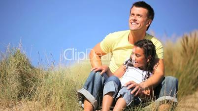 Vater und Tochter in den Dünen