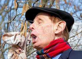 Senior mit Heuschnupfen - Senior with Allergy