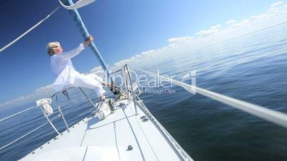 Seniorin auf dem Segelschiff