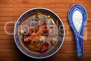 Chinesische Suppe mit Hühnerfleisch und Chili