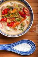 Tom Kha Gai Suppe mit Hühnerfleisch und Chili