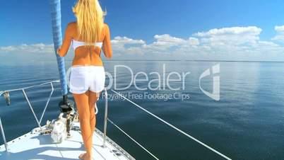 Frau auf einem Segelschiff
