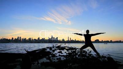 Yogaübung bei Sonnenuntergang