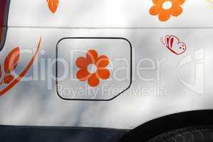 Blume auf der Tankklappe am Auto