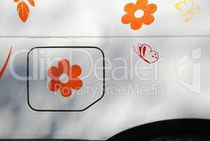 karosserie mit blume auf Tankklappe
