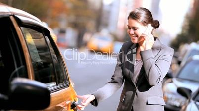 Geschäftsfrau am Strassenrand