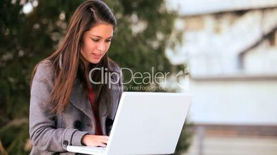 Studentin mit Laptop