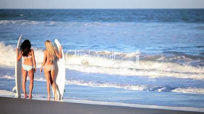 Mädchen mit Surfbrettern