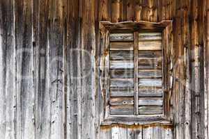 Alte Holzhütte mit Fenster