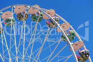 Karussel auf dem Frühlingsfest vor blauen Himmel