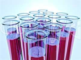 16 Reagenzgläser mit pinker Flüssigkeit - Sixteen test tubes with pink fluid and shallow DOF