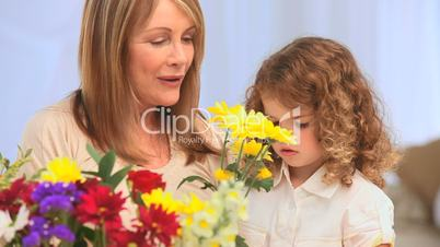Mutter und Tochter betrachten Blumenstrauss
