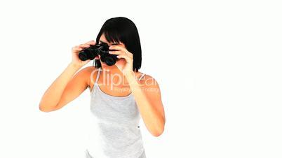 Frau mit Fernglas