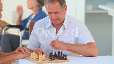 Freunde spielen Schach