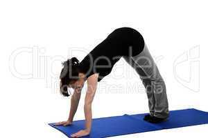 eine junge frau trainiert auf einer yoga matte