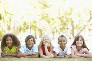 Kinder liegen nebeneinander