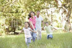Familie mit Kindern im Park