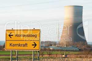 Schild Atomausstieg neben Kernkraftwerk