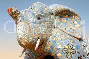 Elefant Skulptur aus Stein und Mosaik