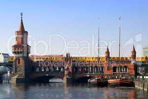 Oberbaumbrücke mit Schiffen am Ufer