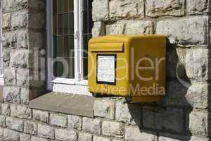 Briefkasten an einer Hauswand