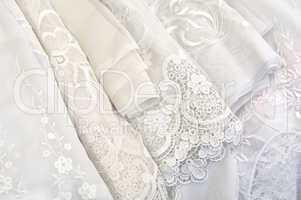 Ein Stapel weißer Gardinen A pale of white curtains