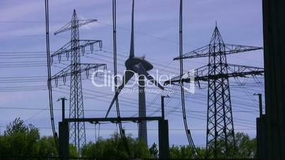 Windkraftanlage mit Hochspannungsmasten