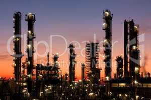 Raffinerie bei Sonnenuntergang