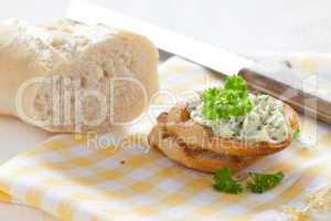 frisches Baguette mit Kräuterbutter / fresh baguette with herb b
