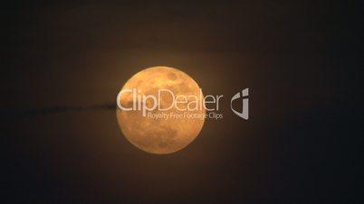 Mond im schleier von Wolken