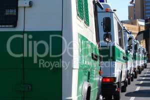Polizeiwagen im Einsatz in der Kolonne hintereinander
