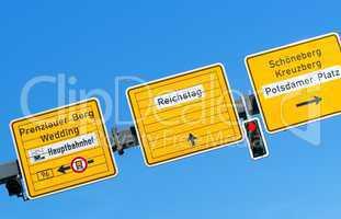 Straßenschild und Wegweiser mit Aufschrift Potsdamer Platz