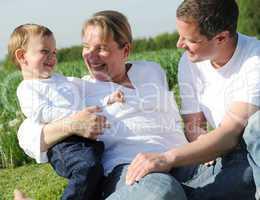 Glückliche junge Familie mit Kleinkind
