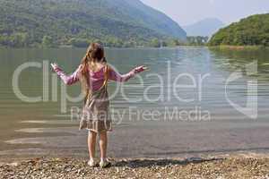 Mädchen am Gebirgssee