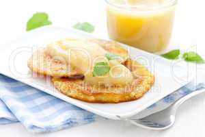 Puffer und Apfelmus / hash browns and apple puree