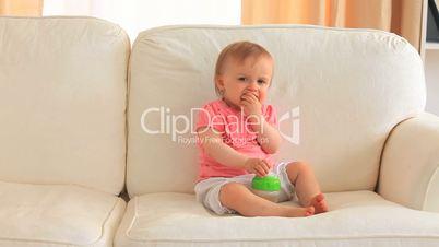Baby auf der Couch
