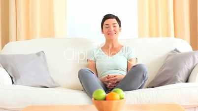 Frau auf dem Sofa