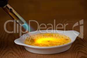 Flamme karamellisiert mit einer Crème brûlée