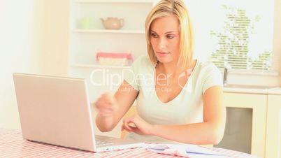 Hausfrau mit Laptop