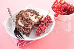 Marmorkuchen auf Teller / marble cake on plate