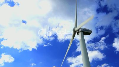 Windrad vor schnell vorbei ziehenden Wolken