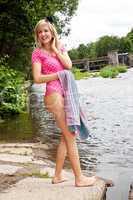 Frau im Badeanzug geht zum schwimmen 284