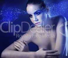 nackte Frau, blauer Hintergrund